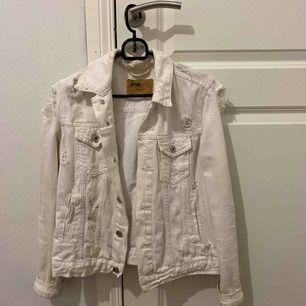 Vit jeans jacka med slitningar, bra skick. Köparen står för frakt