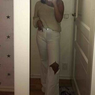 Fina vita flare jeans, klippt hål i ena knät, kan mötas upp i sthlm annars står köparen för frakten, lite smutsigt på bak sidan där nere men går å tvätta bort