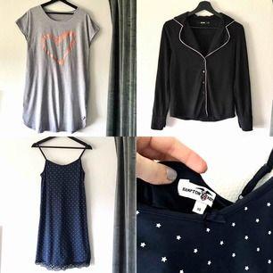 Väääldigt sparsamt använda och mysiga pyjamasar! 😻 Grå - strl. S-M (30 kr), Svart skjorta - strl. XS (30 kr) Marinblått nattlinne med inbyggd topp - strl. XS (50 kr) 🤗 Ps. Tycker de två sista även passar S! 🥰   Frakt tillkommer 🕺🏼
