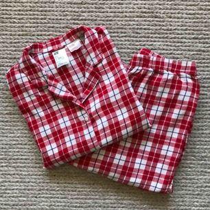 Såå mysig flanell-liknande pyjamas (100% bomull) som passar perfekt nu på vinterhalvåret! 🌬  Frakt tillkommer eller mötas upp i Halmstad 🥰