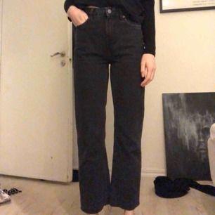 Jeans i modellen Voyage från Weekday storlek 25/30. Avklippta nedtill så dom är lite croppade på en som är 170cm. Knappt använda. Möts i Stockholm eller skickar mot frakt 50kr!