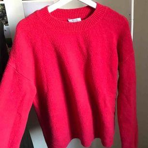 Superfin inte så använd tröja från &otherstories. Väldigt varm, storlek M men passar både L och s/m lite oversize Superskönt och snygg, mer hallonröd irl 🥰