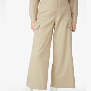 Supersnygga cargo pants från monki!  Vida i benen och hög midja, inte hellånga men inte heller culotter.  Från monki 🥰