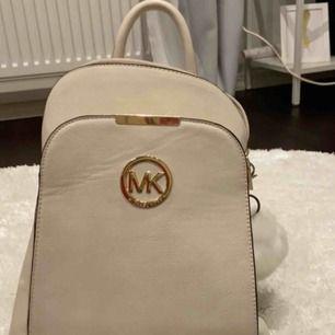 En jätte fin Michael kors ryggsäck som är helt ny och inte använd! Den är en AA-kopia men finns inga spår där man kan se att den inte är äkta! Köpt för 1000 kr Om ni vill ha fler bilder kontakta mig! Frakt tillkommer Pris kan diskuteras!