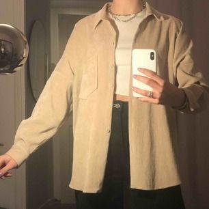 Beige manchesterskjorta från Zara i nyskick!! Knappt kommit till användning, därmed i bra skick & därför jag säljer!<3 Tyvärr har en av knapparna trillat av (syns på första bilden) MEN har extraknappen kvar så den går att enkelt sys på!