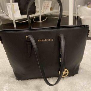 Jätte fin Michael kors väska! Köpt för bara nån månad sedan och fortfarande jätte bra skick! Piss kan diskuteras Jätte fin! Om fler bilder önskas så skickar jag järna 💗