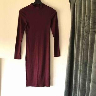 Näst intill oanvänd lite längre ribbad klänning! Svårt att få rätt färg på bild 😅 Den är ganska stretchig så tycker den passar S med!    Frakt tillkommer eller mötas upp i Halmstad 🥰