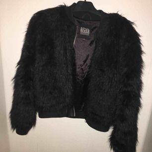 BUD SOM GÄLLER ⚡️⚡️ Säljer denna pälsjackan från Soul River, storlek S men passar M lika bra! ✨ väldigt bra skick ☺️ FRAKT TILLKOMMER