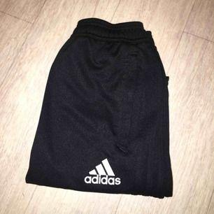 Adidas byxor med svarta ränder 🥰 passar S/M!  Jag är 158 typ o får vika in dom = lång modell? ✨ Lappar bortklippta , fint skick  FRAKT TILLKOMMER