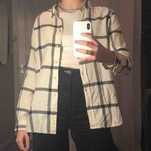 Superfin rutig skjorta från H&M i krämvit & svart som tyvärr inte kommer till användning😌