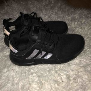 Nästan oanvända adidas skor i storlek 38-39 de är stretchiga och super sköna att gå i men använder dom tyvärr inte.