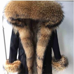 Säljer nu denna dolly parka jackan som jag beställde för inte så längesen och fick hem idag , säljer den för att det inte riktigt är min stil 😊mer bilder kan skickas
