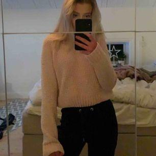 """En fin och trendig ljusrosa """"stickad"""" tröja. Väldigt mjuk och bekväm men går såklart också att klä upp med smycken osv. Köparen står för frakt men finns i umeå🥰🌸"""