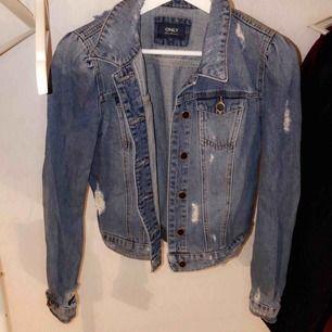 Vanlig jeansjacka med slitningar. Knappt använd. Du står för frakten💜✨