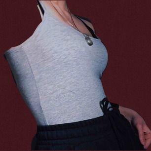 aldrig använt grått linne i färgen grå, materialet är grått. om ni inte märkte så är linnet i en ljusgrå nyans. frakt på 42kr tillkommer, ha en fin dag