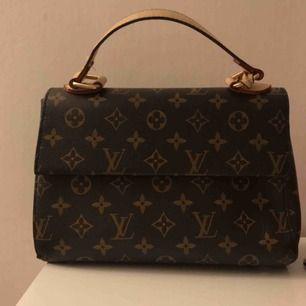 LOUIS VUITTON handväska 👜 AAAA-KOPIA Köpt från DUBAI och säljer pågrund av den inte kommer till användning. Frakt på 60 kr
