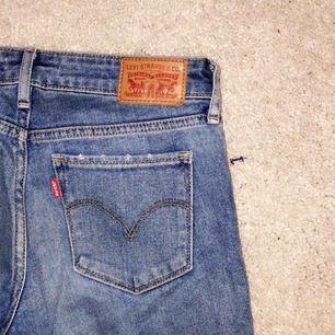 Raka Levis jeans, mellanhöga i midjan. Knappt använda. Du står för frakten💜✨