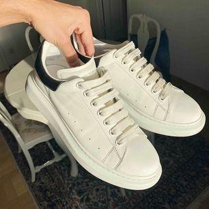 Säljer mina Alexander McQueens då dom inte används tillräckligt...😃 Cond 8/10, varsamt använda👍🏽 Köpare står för frakt!