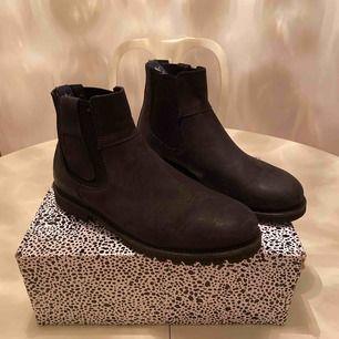 Säljer dessa boots som har använts varsamt under en vintersäsong, är med andra ord fortfarande jättefina och inte slitna alls... Köptes på Scorett för cirka 1700kr😄 Köpare står för frakt.👍🏽