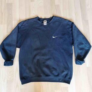 Vintage Nike sweatshirt crewneck Lite slitna vid ärmarna men märks inte om man har de som första bilden!