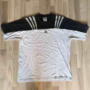 Vintage Adidas t shirt  Passar L-XL Litet märke på framsidan men kan nog blekas bort!
