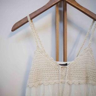 Säljer denna superfina spetsklänning då den är för liten för mig! Köpt i Karibien men aldrig använd. Storlek Small med resår i ryggen, märke J&E. Frakt 18kr tillkommer