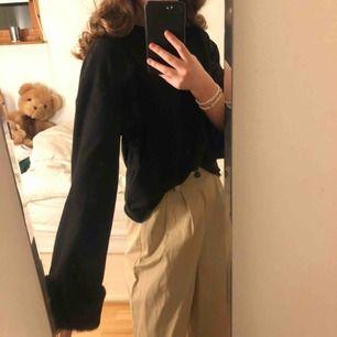 Svart tröja från Zara med fake päls som muddar! Använd ett fåtal gånger men är som ny. Kan mötas upp i Stockholms området eller frakta (köparen står för frakten)