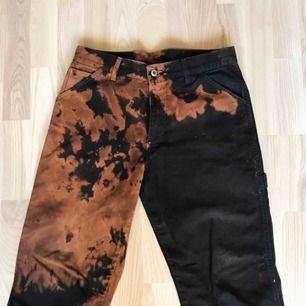 """Handblekta svarta jeans 30"""" midja  30"""" innerben med klippta ändor"""
