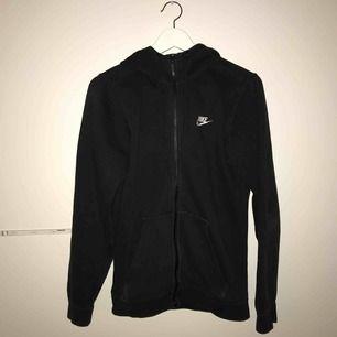 Svart Nike Hoodie till salu! Köptes på Zalando för 549kr, är använd mycket men är i bra skick.