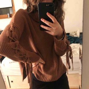 Beige/brun tröja köpt på Nelly! Kan mötas upp i Stockholms området eller frakta (köparen står för frakten