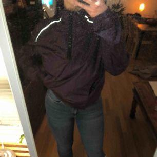 Supersnygg lila och reflekterande Nike vindjacka! Skriv ifall du har några frågor :) 🥰❤️ frakt; 36kr