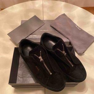 Säljer dessa Axel Arigato clean 90 zip sneaker black suede.  Jättefint skick och allt på bilderna medföljer, box, dustbag etc.😃 Nypris ligger på 1750kr. Cond 9/10. Köpare står för frakt.👍🏽