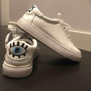skorna är i 38 men de var lite små för mig och jag har 38. skorna är nästan aldrig använda. köparen står för frakten
