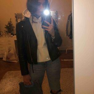 Vit simpel jätte snygg hoodie! Strl M, men passar på mig som vanligtvis har XS-S då man inte vill att den ska sitta tight. Inga fläckar eller liknande! Ord. Pris ca 550kr