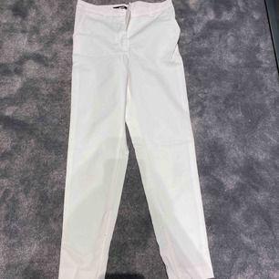 Vita kostymbyxor från bikbok, använda 1 gång