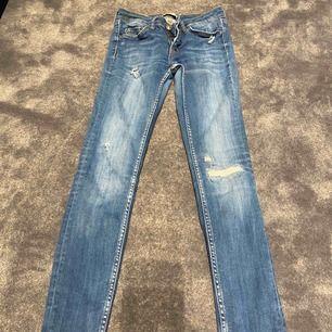 Jeans från Zara med slitningar, bra skick