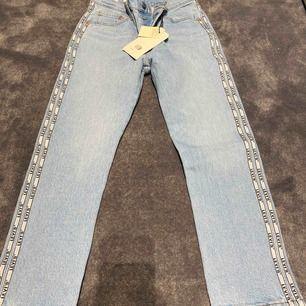 Helt nya Levis jeans, kom med bud