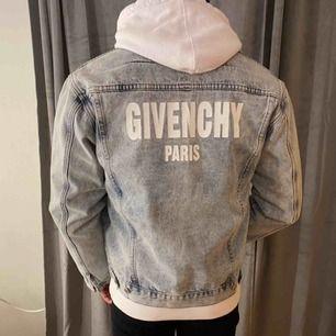 Säljer denna jeansjackan från givenchy.  På Size-tagen står det XL men den passar snyggt oversized på tjejer och mer som en liten L på killar.👍🏼 Condition 9/10! Köpare står för frakt🌸