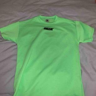 Jätte snygg Billie Eilish tröja. Köpt på hennes pop up butik på Sturegallerian. I god skick. I en neon grön färg med svart text