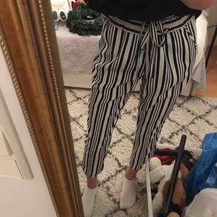"""Suuuperfina randiga kostymbyxor (mörkblåa och vita) men snöre som """"skärp""""🌸har tyvärr blivit för små för mig☹️frakt 65kr💕"""