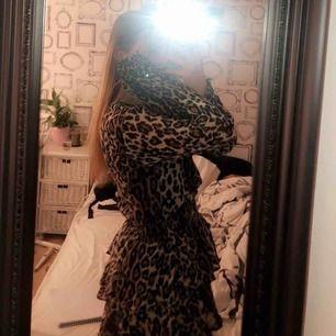 Min jättefina leopardklänning som bara använts under en sommar. Har älskat den men den har tyvärr inte kommit till användning jättemycket och nu är den inte riktigt min stil längre 💋