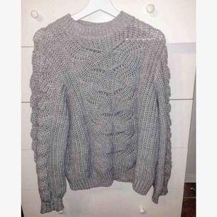 En grå mysig stickad tröja med en liten polokrage, sällan använd!
