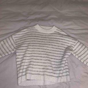 Jätte fin randig stickad tröja från NAKD. Använd några gånger. Därav är den lite luddig och ränderna har gått bort på några ställen därför säljs den för 70 kr.