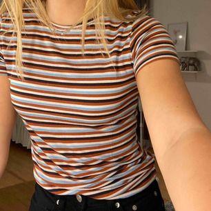 Jättefin t-shirt från Zara! Storlek S men passar också XS:) Knappt använd så den är i bra skick! Materialet är väldigt stretchigt. Frakt ingår redan i priset:) Kontakta mig för fler frågor/bilder💗