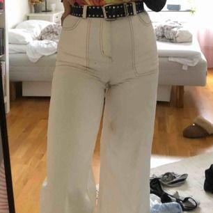 skitsnygga vita/beiga byxor från monki. har typ bruna sömmar vilket är en nice detalj. gamla favoriter men får inte på mig som längre :// passar bra i längd dock, jag är 168cm. fraktar eller möts i Lund. (fläcken på bild 1 är inte kvar!!)