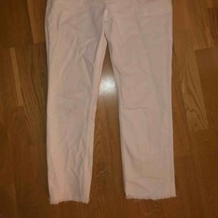 Jättefina croppade vita mom jeans från h&m. Säljer då de tyvärr inte kommer till användning. Skicket är 8/10. 60kr + eventuell frakt💖💖