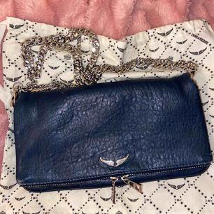Zadig & Voltaire väska, rock clutch bag! Äkta, dustbag medföljer. Inte använd så mycket, säljer för vill köpa en annan. Nyskick.