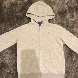 Gant full zip hoodie i mycket fint skick! Inköpt på Kids Brand Store för 800kr. Passar 155-165 cm