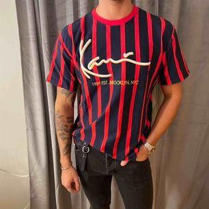 Säljer denna t-shirt från märket Karl Kani då den inte används tillräckligt, den har använts fåtalet gånger så den är i mycket fint skick!🪐