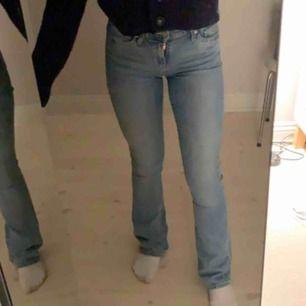 Säljer ett av två par av mina fina bootcut levisjeans! Ett par har hål på knäna, de understa på sista bilden, och de andra inte. Nypris 999kr/st. Skriv för fler bilder! 💕💕💕väldigt fina tvättar